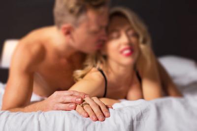 Comment assurer avec une femme au lit